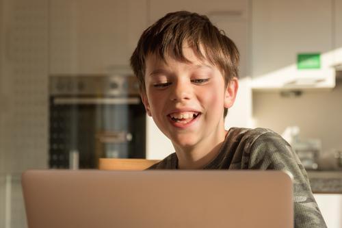 Home Learning - Kind mit einem Laptop Computer Technik & Technologie Business Notebook Arbeit & Erwerbstätigkeit Schule lernen spaßig Spaß lachen freude zuhause