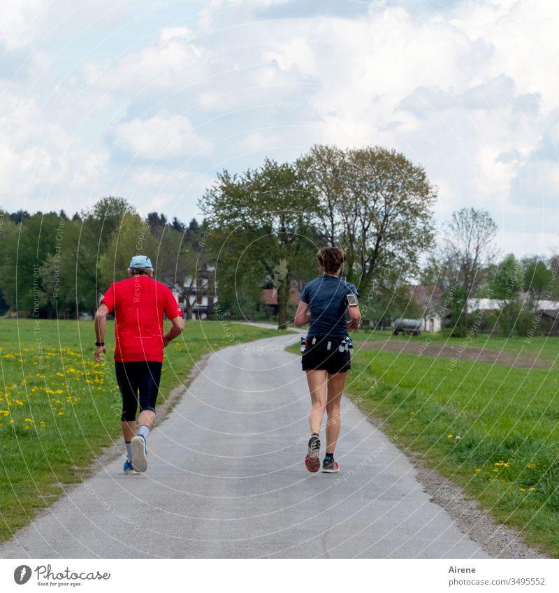 Die Sieger im Marathon laufen Laufsport Joggen Hobby Sport Fitness rennen fit Bewegung zu zweit Paar Beine Geschwindigkeit Ziel Straße ländlich Feldweg dörflich