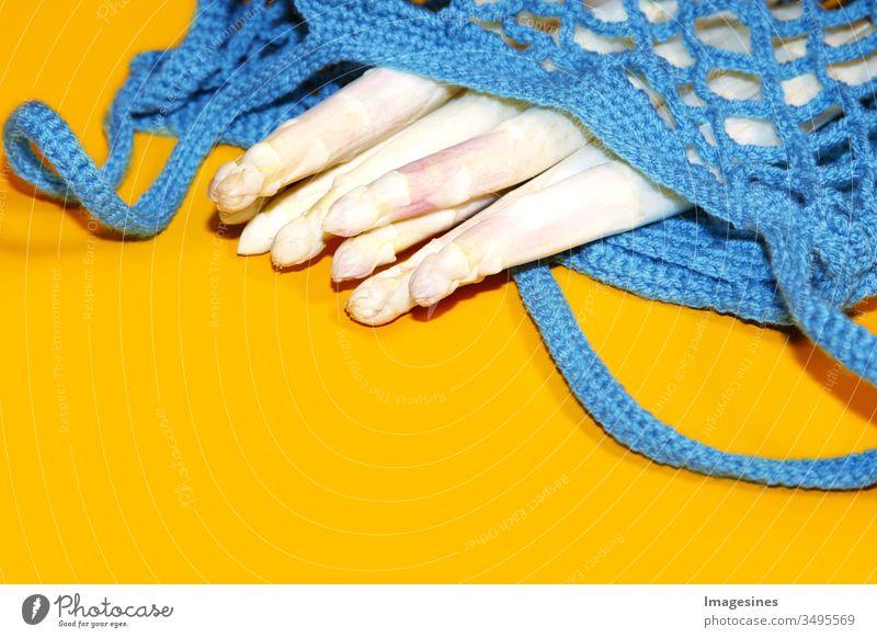 wiederverwendbare Einkaufstasche, offener Netzbeutel mit frischem weißem Spargel auf gelbem Hintergrund. Null Abfall, umweltfreundlicher Käufer und Ökologie konzept. Ansicht von oben, kunststofffrei