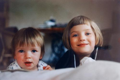 Schwestern Kinder Mädchen Glück Freude Kindheit niedlich klein Spielen jung Fröhlichkeit Lächeln Familie & Verwandtschaft Zusammensein schön Freundschaft