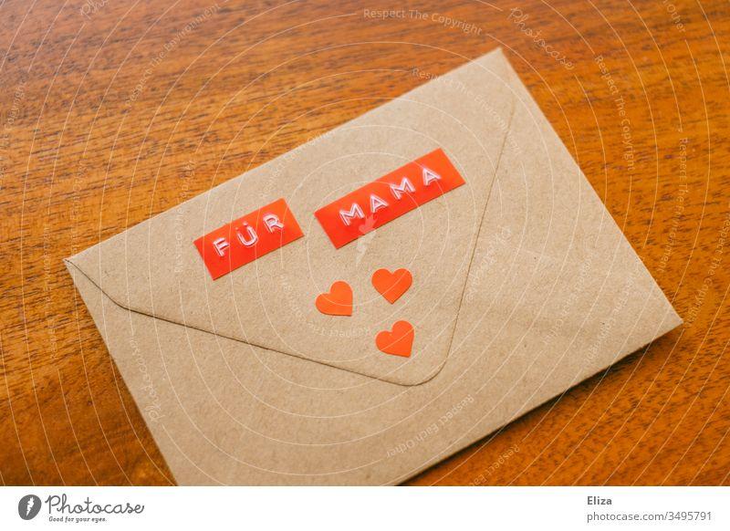 """Ein Briefumschlag auf dem """"Für Mama"""" steht mit roten Herzen dekoriert Muttertag Geschenk Liebe Zuneigung Post Kommunikation senden Nachricht braun Kommunizieren"""