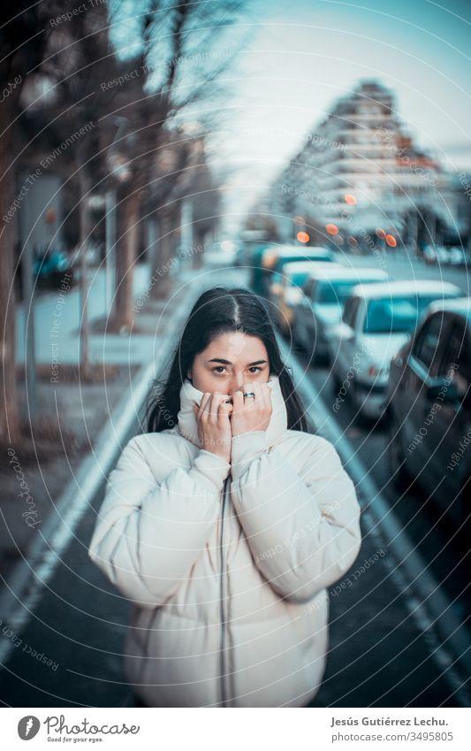 Junge Frau im weißen Kittel mitten auf der Straße mit großer Unschärfe Leben Farbfoto Menschen Außenaufnahme Model schön niedlich Beautyfotografie süßes Mädchen
