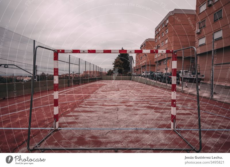 Abgenutzter und roter Fussballplatz Verlassen Fußball Hintergrund im Freien Spielen gebrochen alt Park Spielplatz spielen Sportgerät Seil Netz Gericht Feld