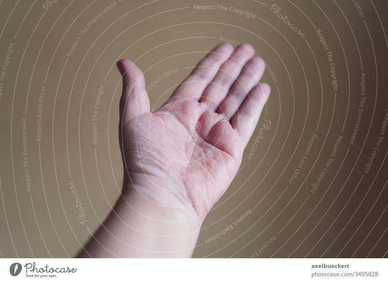 offene Hand Handfläche Helfen helfende Hand leer zeigen geste körperteil männlich linke Hand gestikulieren Mensch geringe Schärfentiefe geringe Tiefenschärfe