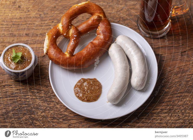 bayerische Weißwürste mit Brezel Weißwurst Wurst Senf Teller Bier Helles Bierkrug Glas Topf zwei paar Oktoberfest Essen weiß München Frühstück rustikal