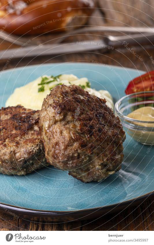 zwei bayerische Fleischpflanzerl auf einem Teller HackFleisch Laib Fleischlaib fleischpflanzerl Kraut püriert warm nobody essen Gastronomie Zutat Hackfleisch