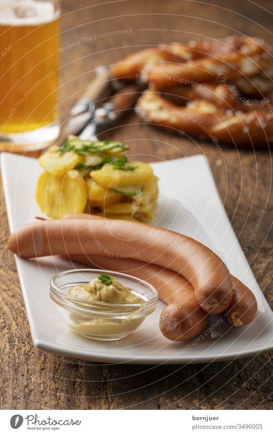 Nahaufnahme von Frankfurter Würstchen auf rustikalem Holz geräuchert bratwurst hotdog deutsch vorspeise ungesund hausgemacht Ansicht gekocht rot Close-up Beer