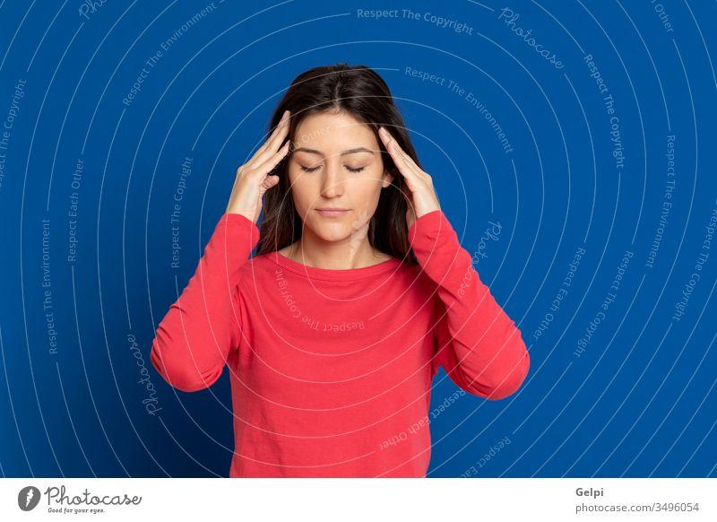 Attraktives brünettes Mädchen im Atelier Person rot blau Fieber Temperatur Krankheit überblicken Migräne Unbehagen Kopfschmerzen Problematik Sorge traurig