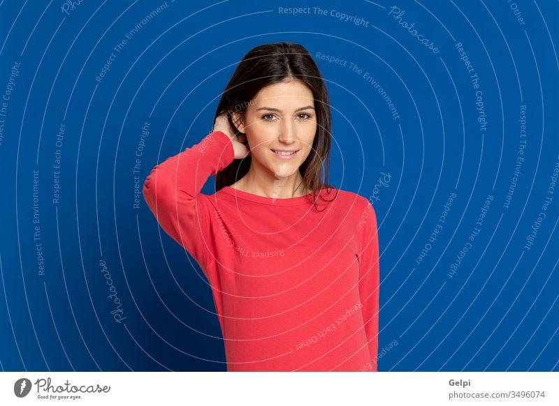 Attraktives brünettes Mädchen im Atelier Person rot blau Pose berühren Behaarung Kopf entspannt Glück Schönheit Lächeln Ausdruck gestikulieren jung schön Frau