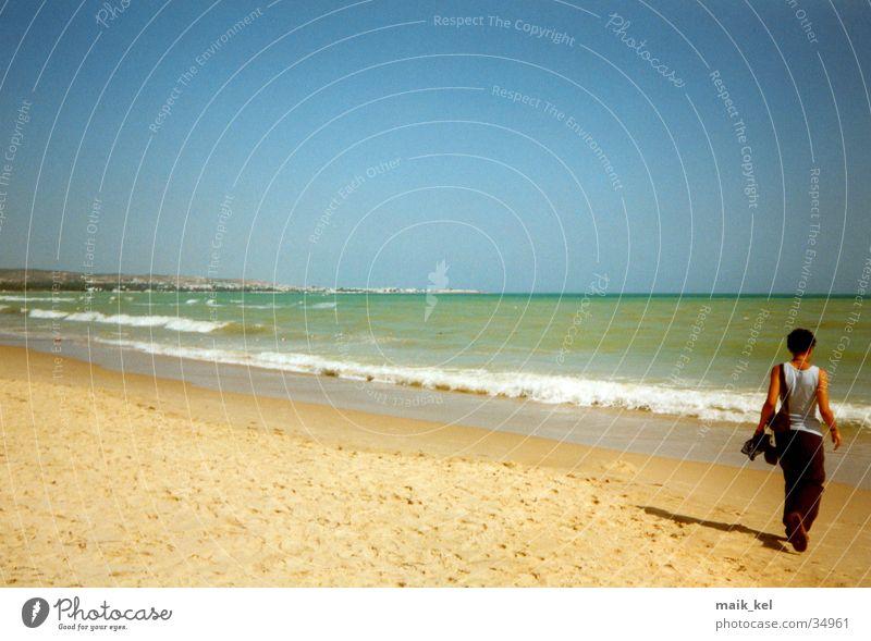 Strand in Tunesien Frau Natur Wasser Landschaft Horizont