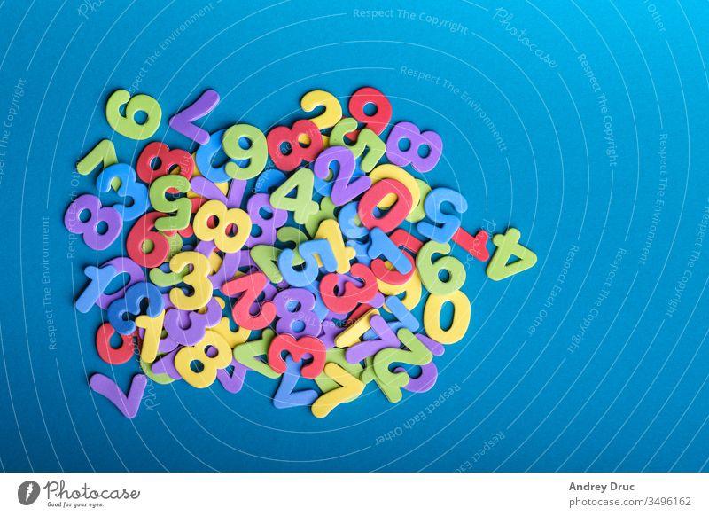 Lernspielzeug. Holzspielzeug. Zahlen. Ausbildungskonto. Kindesentwicklung. geometrische Figuren. bunte Zahlen abc Algebra Alphabet Arithmetik Hintergrund blau