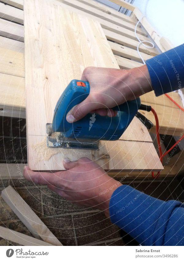 Arbeiten mit Holz zu Hause Hintergrund bauen Nahaufnahme konstruierend Konstruktion Korona Handwerk geschnitten diy mach es selbst Gerät Handsäge Hobby
