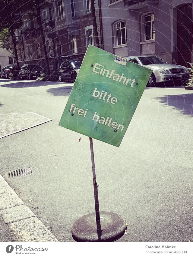 """Grüne Tafel """"Einfahrt bitte frei halten"""" an Strassenrand Hinweistafel Strassenschild Farbfoto Aussenaufnahme Hinweisschild Tag Menschenleer Ausfahrt"""