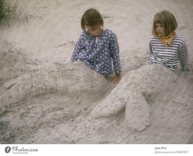 Meerjungfrauen Kind Mädchen Strand Sand Urlaub Feiertage Familienurlaub Quirle Bildhauerei Kreativität Fröhlichkeit Freude Spielen Erholung Dunes Nordsee