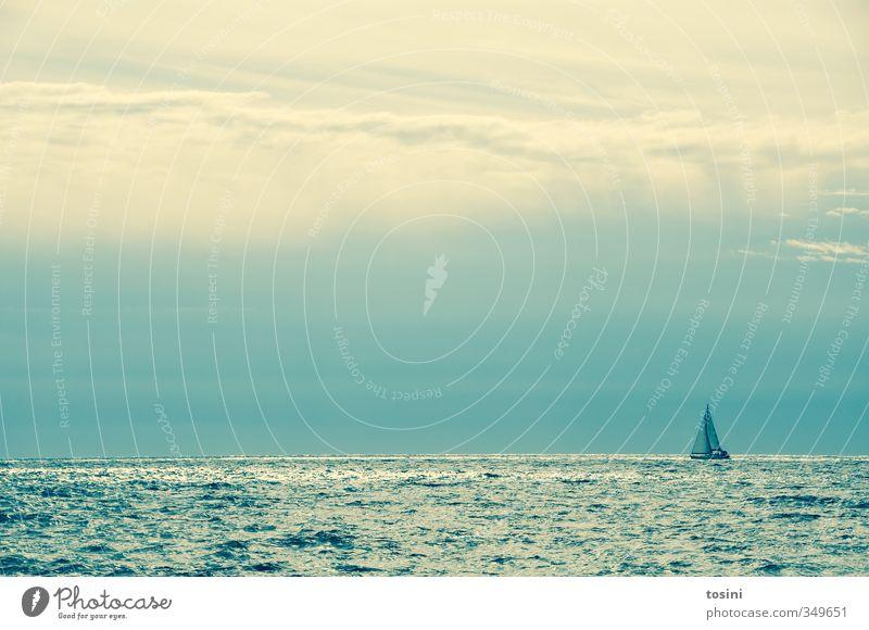klein sein Natur blau Himmel (Jenseits) Wasser Meer Einsamkeit Wolken ruhig Wasserfahrzeug Wetter Wellen Schönes Wetter Abenteuer Schifffahrt Segeln Segelboot