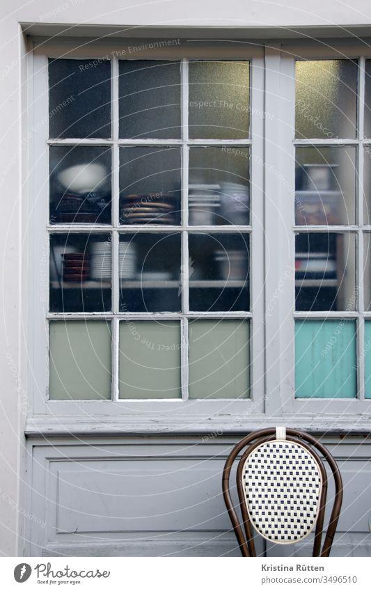 bistro küchenfenster von außen sprossenfenster durchblick einblick einsicht draußen restaurantküche brasserie café gastronomie küchenutensilien milchglas stuhl