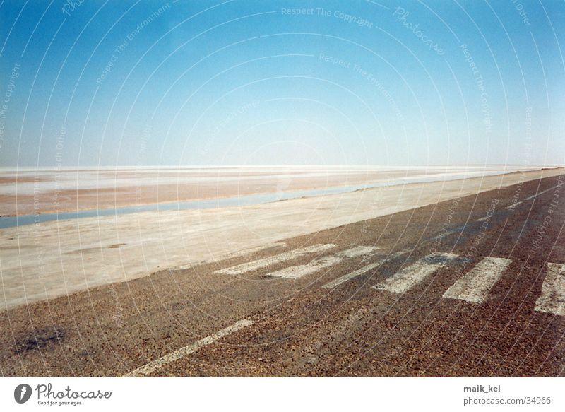 Chott El Djerid (Salzsee) trocken Tunesien Ödland Verkehr Straße Wüste