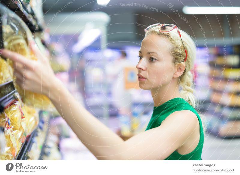 Frau kauft Lebensmittel im Supermarkt ein. Lebensmittelgeschäft Laden Kunde Markt Gnocchi Verbraucher Korb Menschen jung Werkstatt Person kaufen Gewerbe