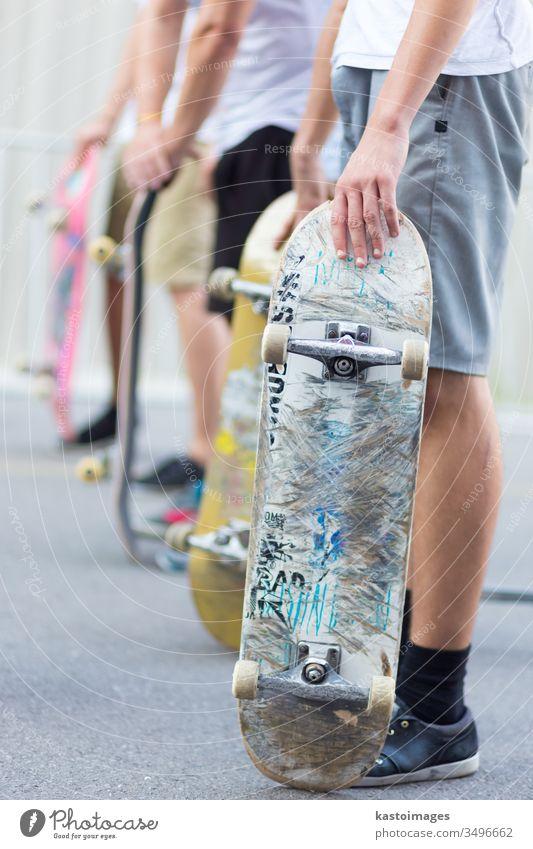 Jungen skateboarden auf der Straße. Städtisches Leben. Skateboard Skater Menschen Skateboarding im Freien Aktion Skateboarderin extrem aktiv Schlittschuh
