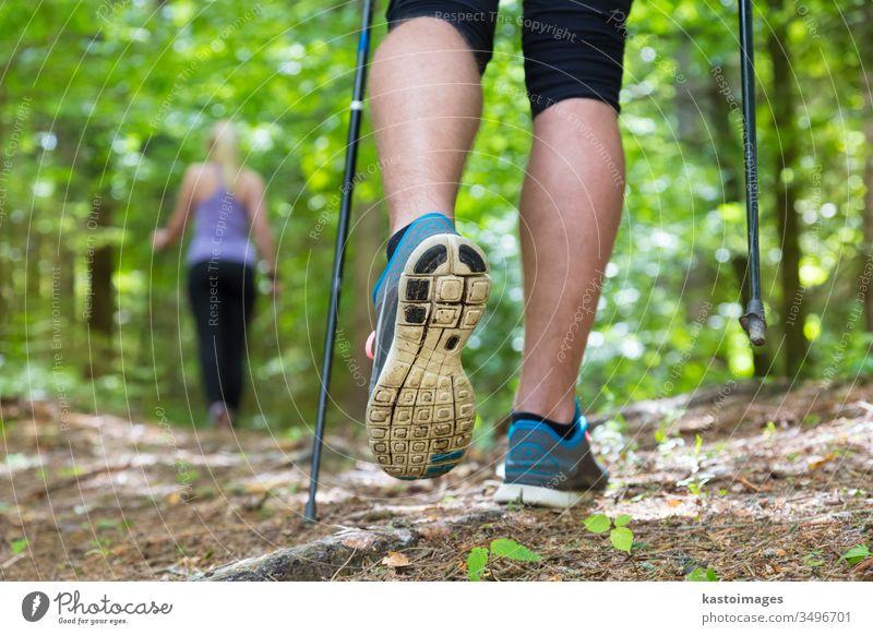 Junges Paar beim Wandern in der Natur. Sport und Bewegung. Nordic Walking Spaziergang Wanderung Park Menschen Schritt Training Joggen Abenteuer Wälder Wald