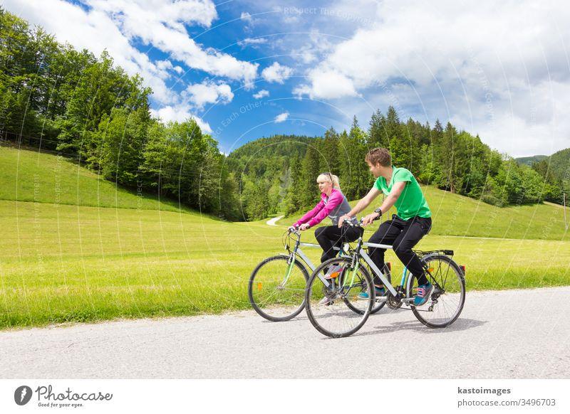Junge fleckige, aktive Menschen radeln in der Natur. Aktiver Lebensstil. Aktivitäten und Erholung im Freien. Paar Biker Fahrradfahren Radfahrer Zyklus Lifestyle