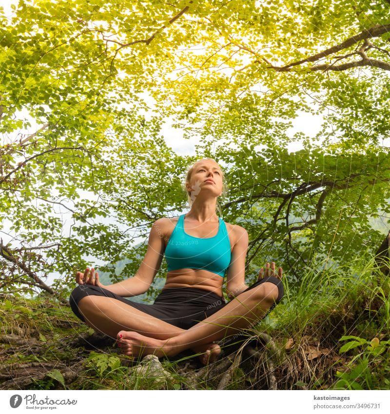 Frau entspannt sich in schöner Natur. Lifestyle Baum Gesundheit Spiritualität Sommer Schönheit Meditation Mädchen Yoga Erholung Person Zen Vitalität Körper