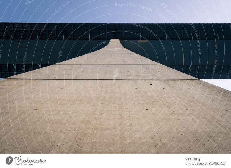 Ein Brückenpfeiler der Hochmoselbrücke in Ürzig in der Froschperspektive Kraftfahrzeugverkehr Bauwerk Autobahn Architektur Beton Hochmoselübergang Fahrbahn grau