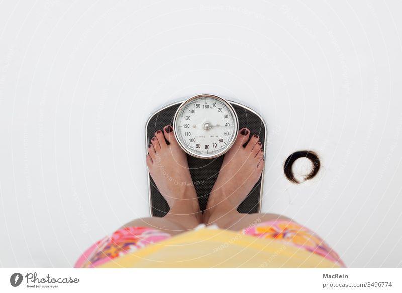 Auf die Waage wiegen waage zeiger gewicht gwichtreduzierung kilogramm abgenommen körper füße zehen ziffern zahlen frau jugendlich textfreiraum