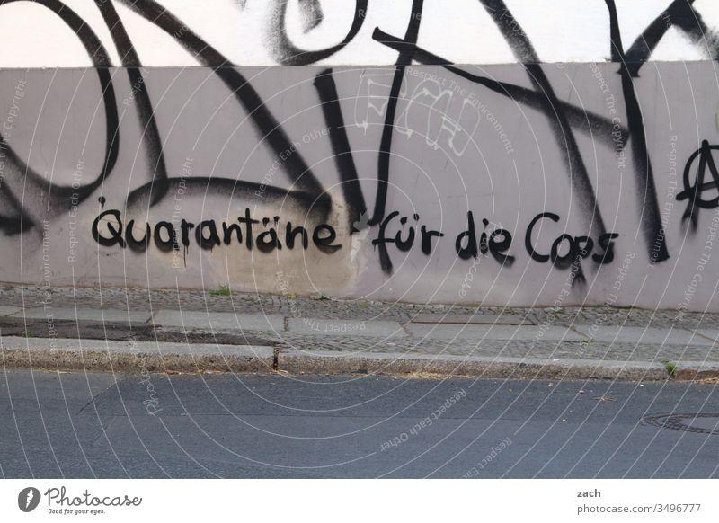 Fassade mit der Aufschrift Quarantäne für die Cops Buchstaben Wand Zeichen Mauer Textfreiraum unten Schriftzug Graffiti Schriftzeichen Textfreiraum oben Gebäude