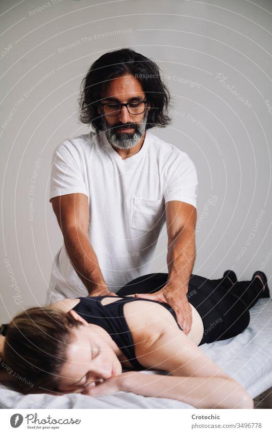 Reiki-Sitzung alternative Therapien. Rücken-Korrektur-Therapie Gleichgewicht ausgleichende Chakren Pflege chakra Energie Hände heilen Heilerin Heilung