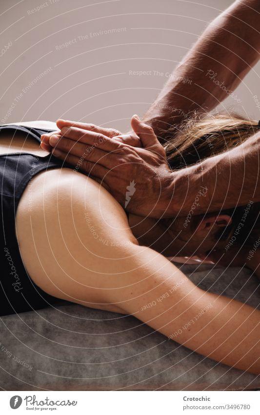 Massage-Sitzung. Männerhände auf dem Nacken einer Frau alternativ Aromatherapie Arthritis Rücken Wesen Körperpflege Knochen Chiropraktiker Klinik Kosmetik