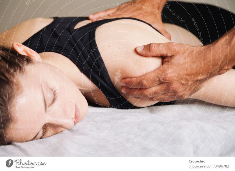 Rehabilitationstherapie. Hände, die die Schulter einer jungen Frau behandeln alternativ Aromatherapie Arthritis Rücken Wesen Körperpflege Knochen Chiropraktiker