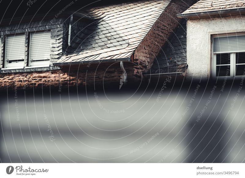 Blick aus dem Fenster auf andere Häuser. Mehr bleibt einem oft nicht übrig, wenn man in der Quarantäne hockt. Quarantänezeit isolation corona coronavirus