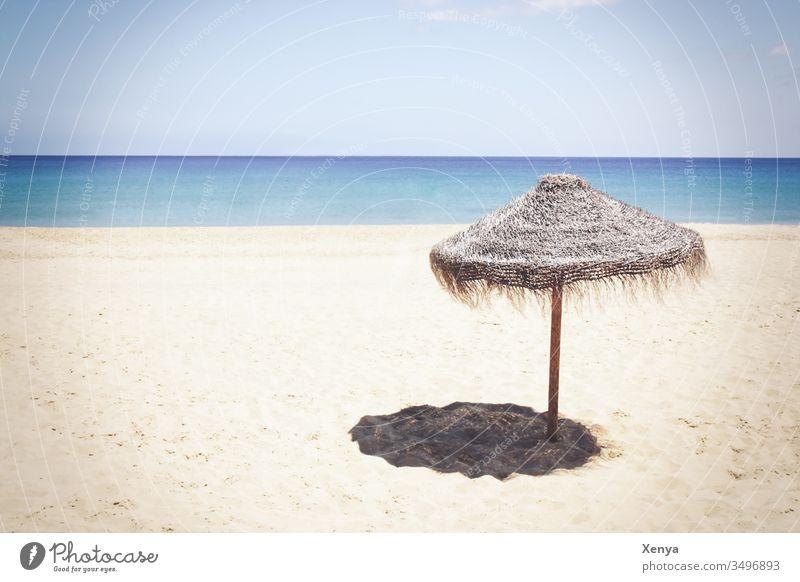 Einsamer Strand mit Sonnenschirm Sand Sandstrand Urlaub Meer Horizont Himmel Ferien & Urlaub & Reisen Küste Sommer Erholung Wasser Menschenleer Außenaufnahme