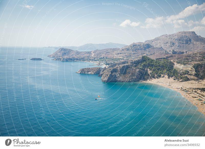 Panoramablick von oben auf den Strand von Tsampika, die Berge und das blaue Meer, Insel Rhodos, Griechenland. sonniges Wetter. Antenne Luftaufnahme Bucht schön