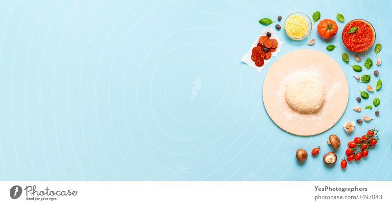 Vorbereitung des Pizza-Konzepts. Zutaten und Teig für Pizza obere Ansicht Transparente Basilikum Blauer Hintergrund Käse farbenfroh Fertiggerichte