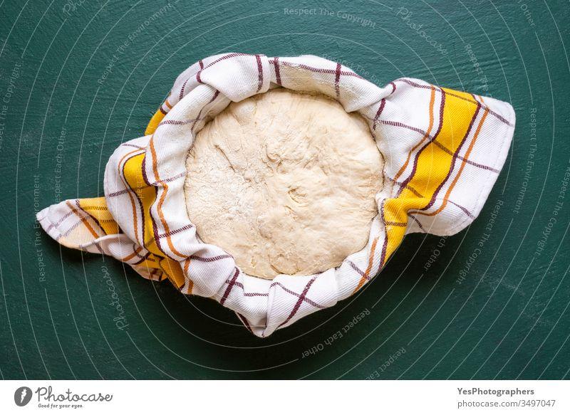 Sauerteig, der in einer Schüssel aufgehen soll, Draufsicht Handwerker-Brot backen Bäcker Bäckerei Backen zu Hause Teig Nahaufnahme bedeckt Küche Kultur lecker
