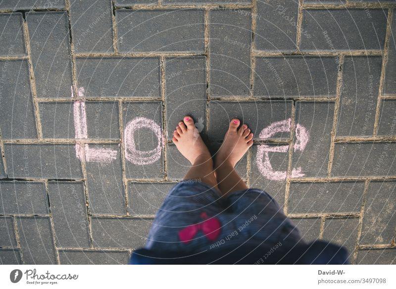Love - Kind und Liebe stehen kreativ schrift wort füße niedlich Liebesgruß süß kreide boden darstellung Vogelperspektive Wort Buchstaben Farbfoto Kreide Füße