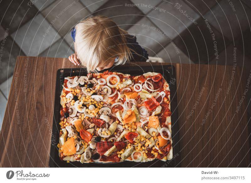 fertig ist die Pizza - Kind Mädchen betrachtet Pizzablech Hunger Appetit & Hunger Kleinkind Küche Ernährung Lebensmittel Essen lecker backen Mensch Kindheit