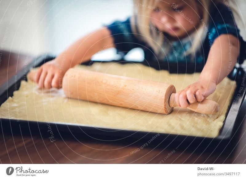kleine Pizzabäckerin - Mädchen rollt mit Nudelholz Teig aus Kind niedlich konzentriert Küche backen lernen ausrollen Pizzateig übung macht den meister Übung