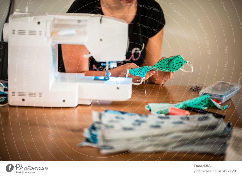 Frau näht Atemschutzmasken mit einer Nähmaschine Mundschutz coronavirus Coronavirus Krankheit Virus Schutz Pandemie Gesundheit Infektion Infektionsgefahr Grippe