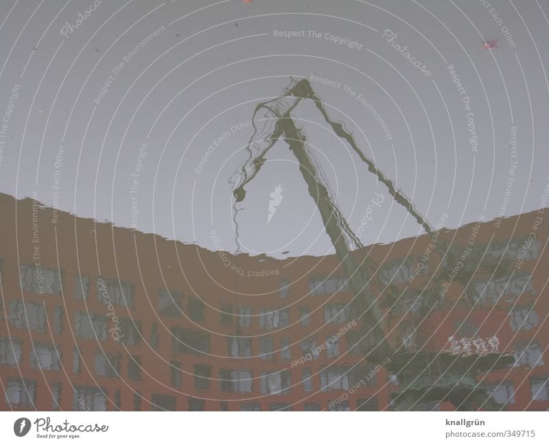 unklare Verhältnisse Wasser Haus Kran Stadt blau rot Gefühle Stimmung Hemmungslosigkeit verschwenden Kapitalwirtschaft Gesellschaft (Soziologie) Handel Krise
