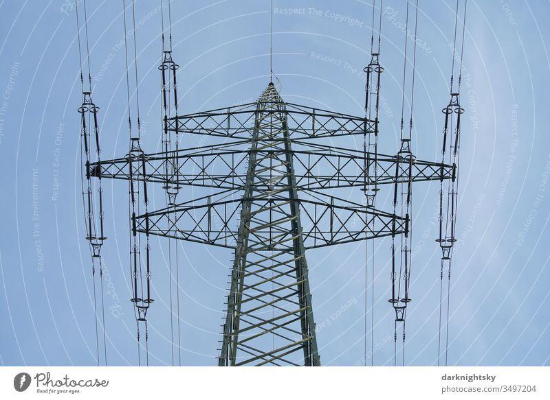 Elektrizität Transport über Mast und Freileitung Gitter Gittermast Fachwerk statisch Hochspannung 220kV Strommast Energiewende ruhiges blauer Himmel gutes