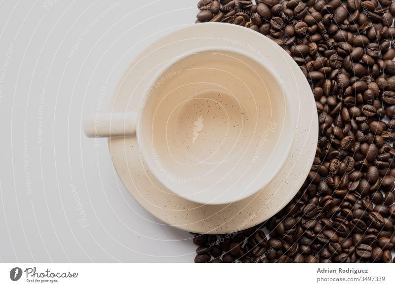 Leere weiße Kaffeetasse mit Kaffeebohnen und weißem Hintergrund dunkel Bohne Lebensmittel Samen braun Koffein trinken gebraten Getränk Espresso Bestandteil