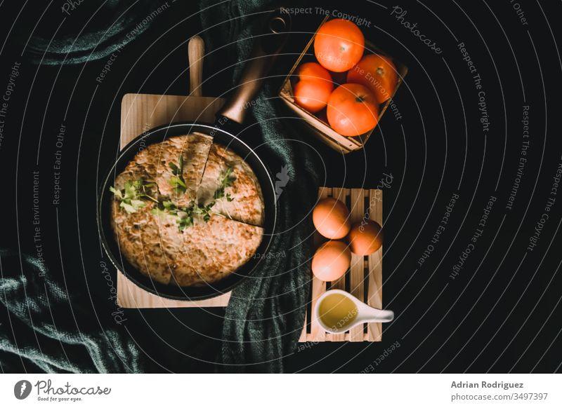 Nahaufnahme eines Omeletts in einem Bräter, frische Eier und Tomaten Frühstück Frühstücksmenü Lebensmittel-Blog Menü-Nutzung gesundes Frühstück Osterfrühstück