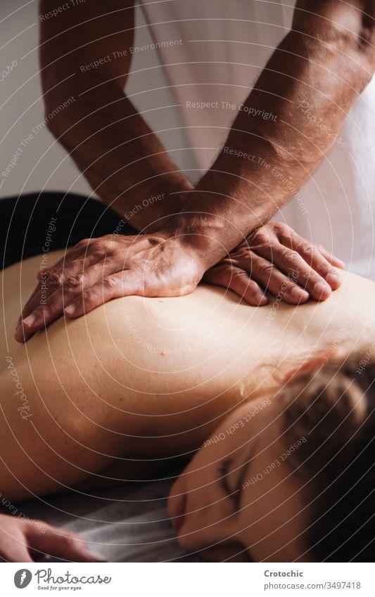 Reiki-Sitzung alternative Therapien. Energieübertragende Hände auf dem Rücken Aromatherapie Arthritis Wesen Körperpflege Knochen Chiropraktiker Klinik Kosmetik