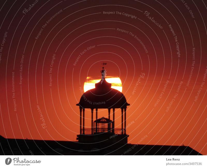 Wunderschönes Gebäude mit einem erstaunlichen Sonnenuntergang im Hintergrund, Potsdam Deutschland. Licht Himmel Turm Leuchtfeuer Architektur Nacht Schifffahrt