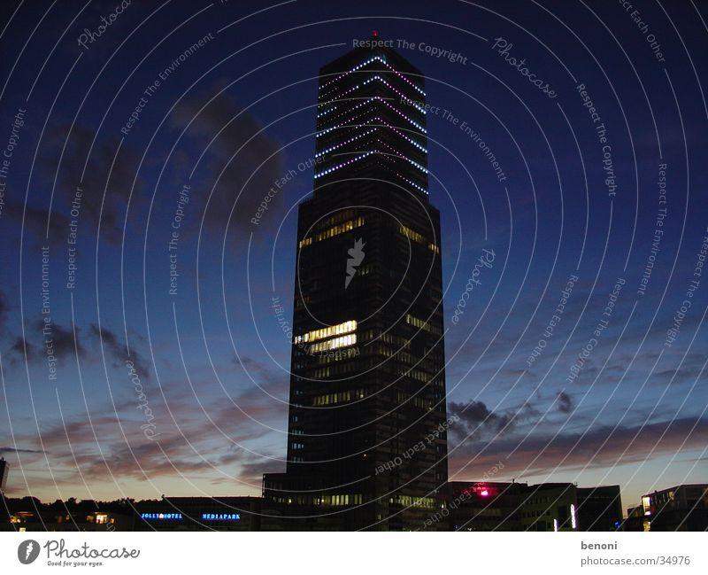 Mediaparktower Hochhaus Wolken Nacht dunkel Köln Architektur