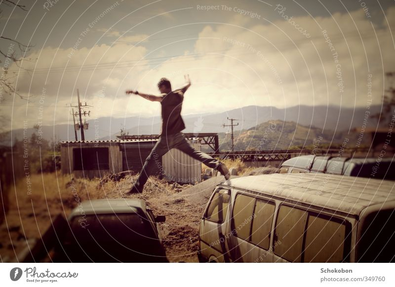 JUMPER Mensch Himmel Sommer Wolken Umwelt Berge u. Gebirge Wärme Leben Gras Spielen springen PKW Körper fliegen Feld Erde