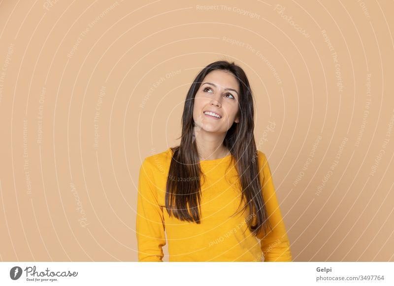 Brünette junge Frau trägt ein gelbes T-Shirt Mädchen Person mich wählen Wahl Glück Punkt zeigen hindeutend Selbstvertrauen überrascht Ausdruck gestikulieren